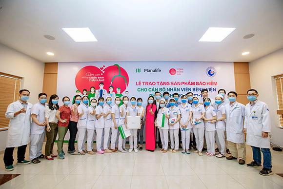 Manulife Việt Nam tri ân đội ngũ bác sĩ tại các bệnh viện phụ sản thông qua món quà bảo vệ