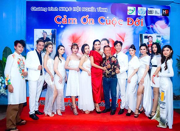 Cô Giáo Huỳnh Thi cùng dàn học trò trai xinh gái đẹp gây ấn tượng khi tham dự event.