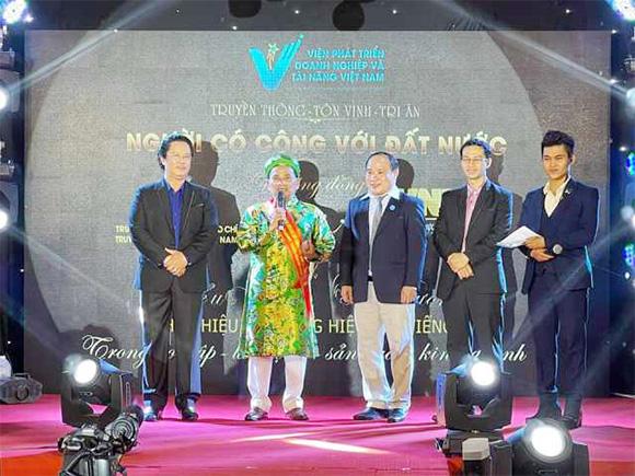 Doanh nhân -Thạc sĩ Nguyễn Hữu Nhơn Sống thật bằng tấm lòng nhân ái, bao dung với cộng đồng